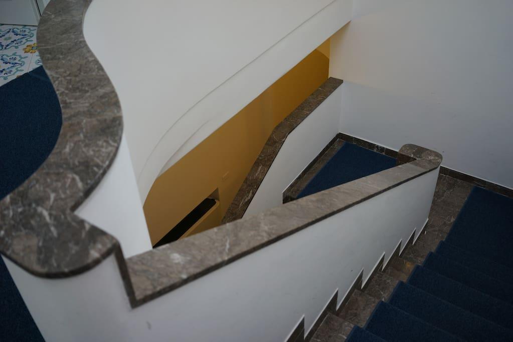 scala , la stanza è al 2° piano e da sul fronte villa, sopra l' entrata
