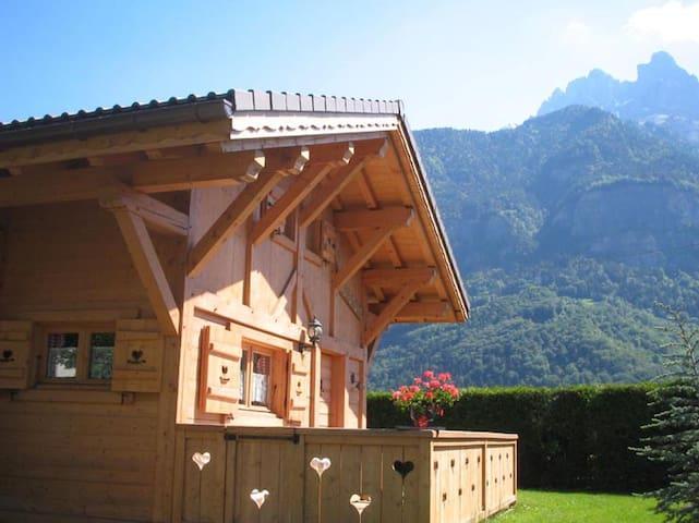 Charmant petit chalet au pied du Mont-Blanc - Sallanches - Almhütte