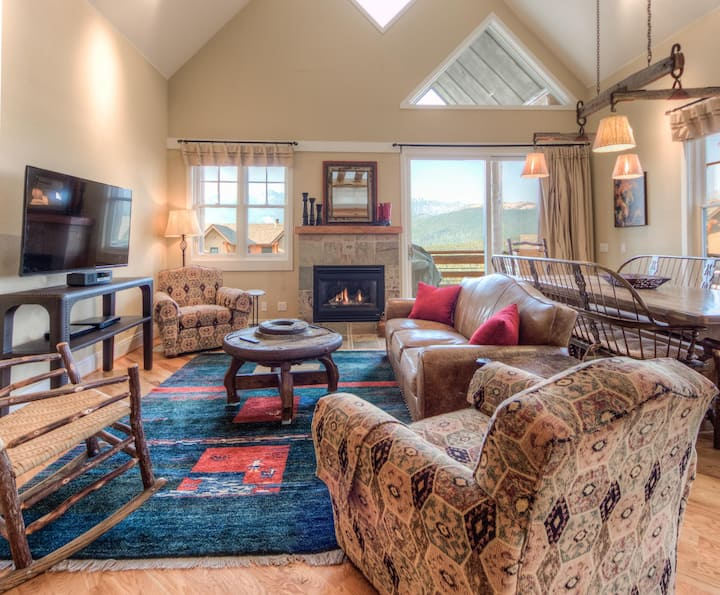 Comfy townhome with mountain views and direct ski access