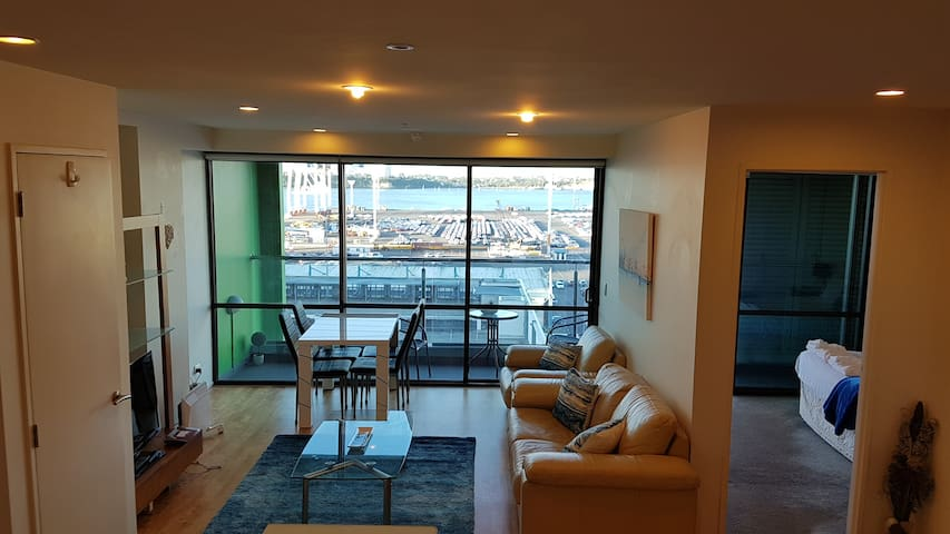 ✨Central Harbor✨2BR Apartment with Spectacular Waterfront View, Queen Beds, Free Parking &