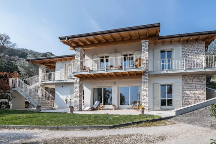 Modern and Elegant with Lake View - Villa degli Ulivi