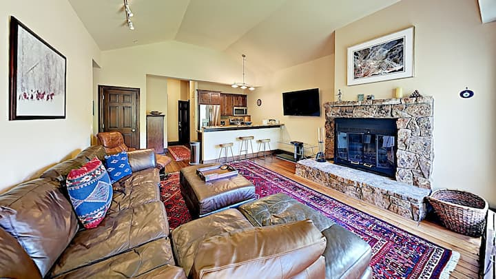 Top floor condo w/ ski-in/ski-out access, balcony, grill & shared pool & hot tub