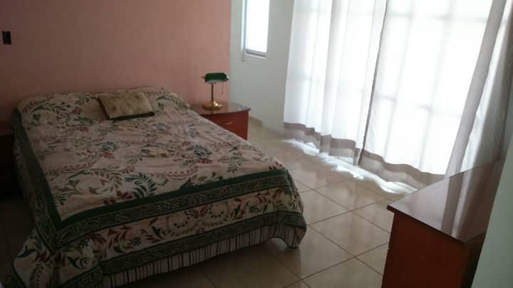 Rento amplia habitacion excelente zona Juriquilla