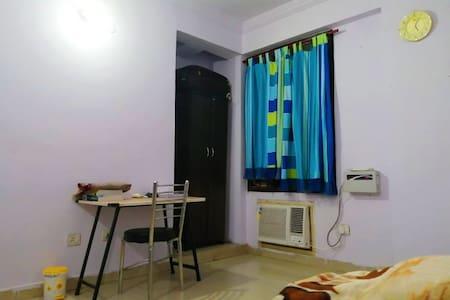 Kayenaat ( cozy Private room in Hazratganj )