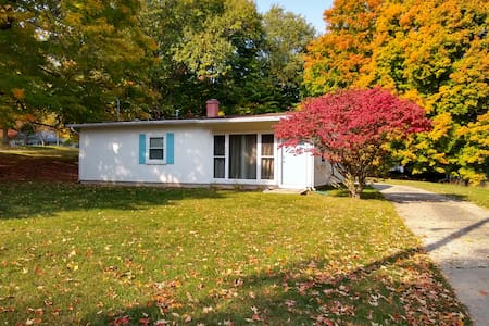 Cozy House One Block from Hillsdale College!