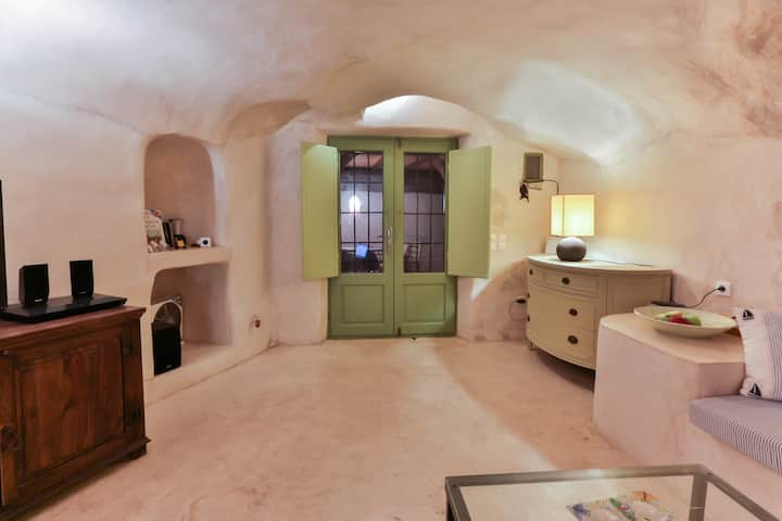 Traditional cave house in Santorini.(Emporio)