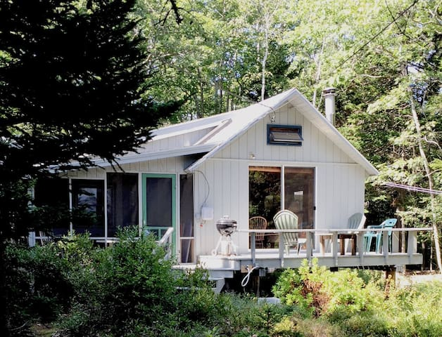 Sunny, family-friendly Maine beach cottage