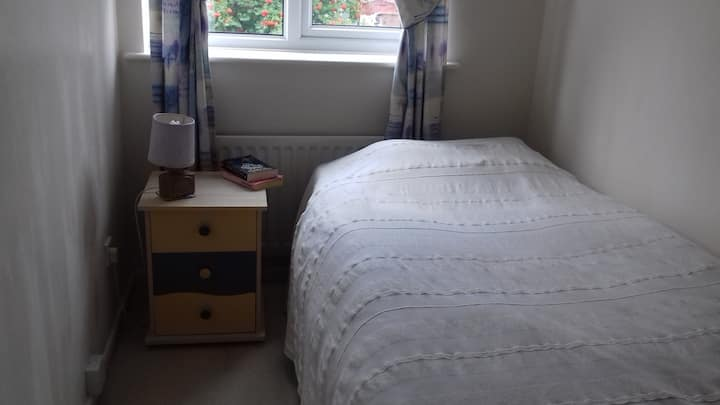 Cosy single room, accessible to Town centre.