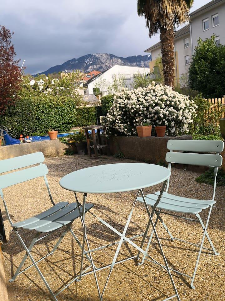 Terrasse pour les repas au soleil