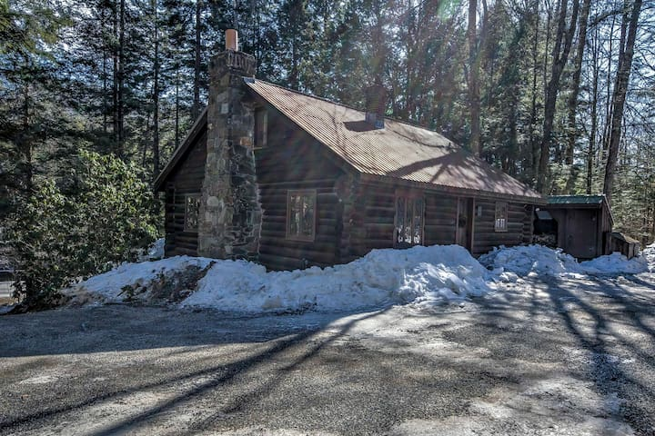 3BR Londonderry Log Cabin on 3.5 Acres! - Londonderry - Cabaña