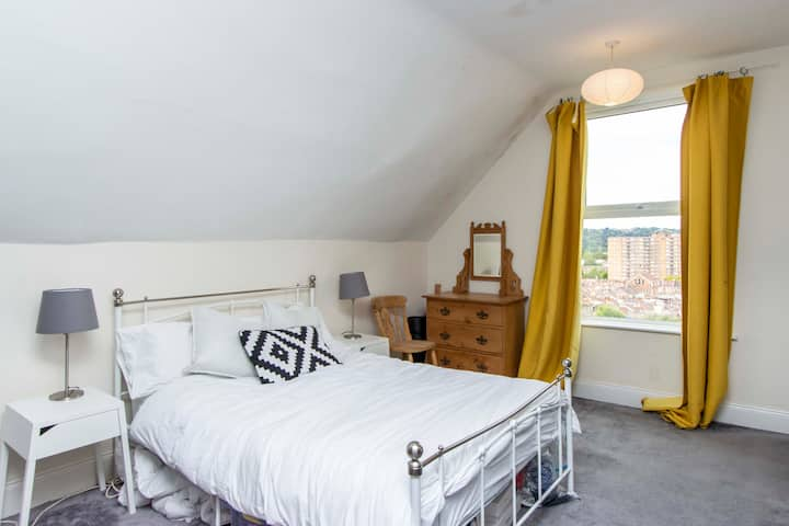 Light, spacious and perfect central location