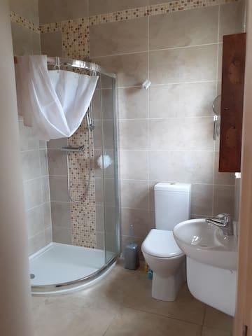 En suite with bedroom no. 2