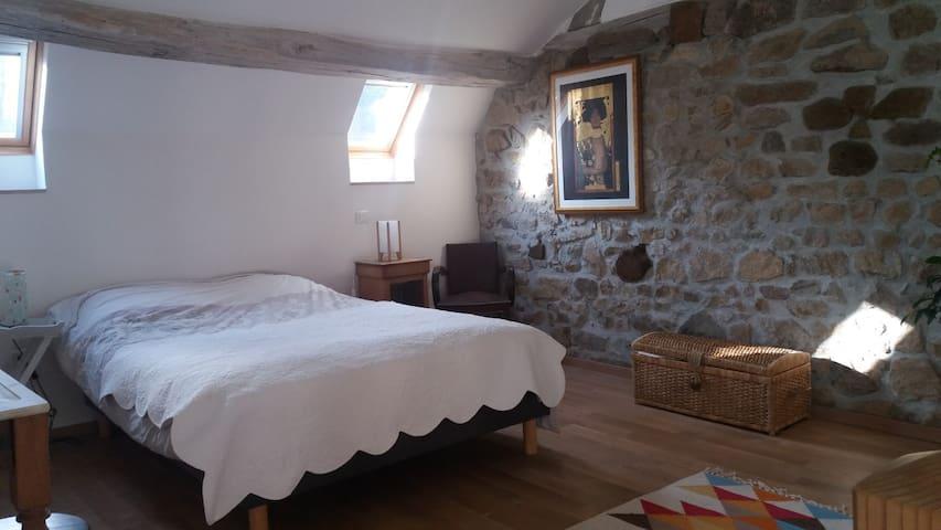 Jolie chambre avec salon dans une nature préservée