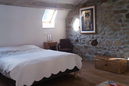 Jolie chambre avec salon dans une nature préservée - Tardes - Casa