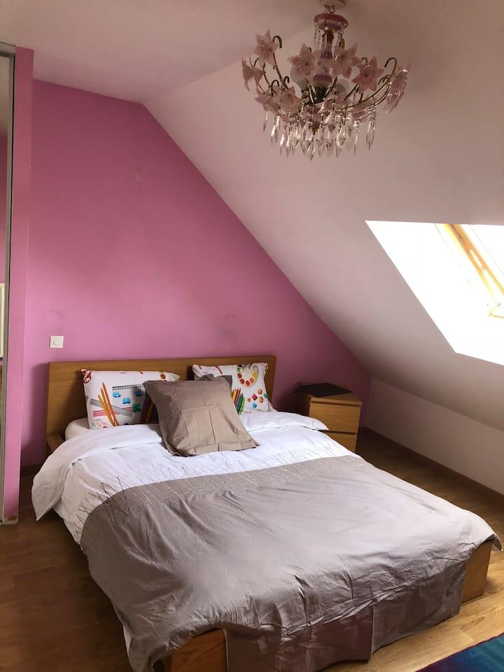 Chambre rose près de l'aéroport CDG Paris