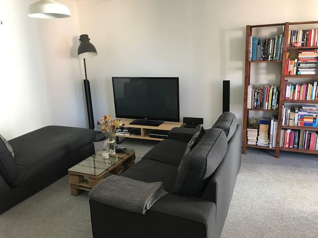 Sunny Apartment in Surry Hills- great location!