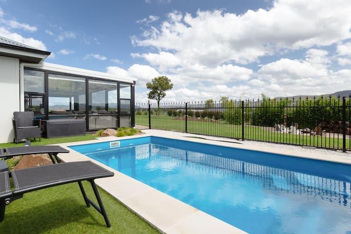Jasmine Lodge - Idyllic home with pool, mtn views