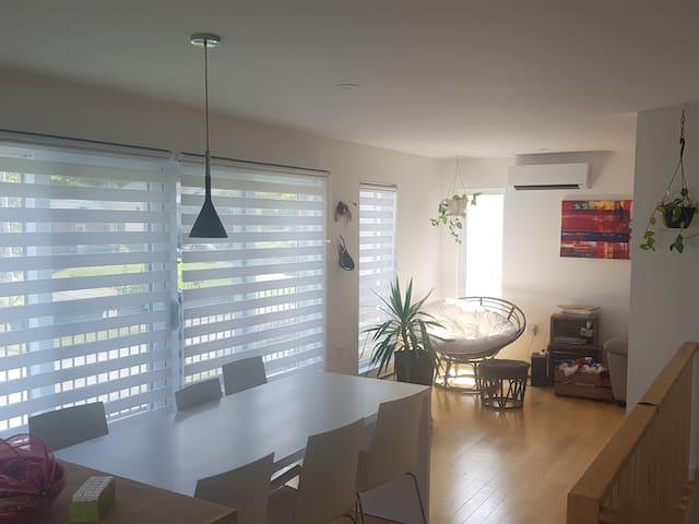 Chambres dans maison écologique de style moderne
