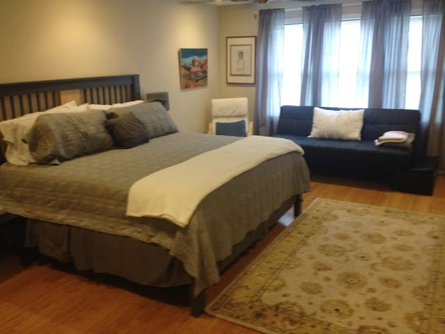 Family friendly home with parking, deck, and yard. - Cambridge - House