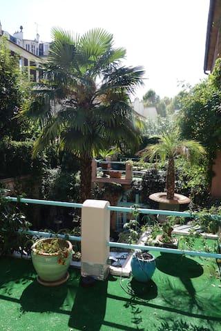 Terrasse privée à la chambre, acces direct de la chambre et vue Vue de la terrasse sur la cour arborée de la maison.