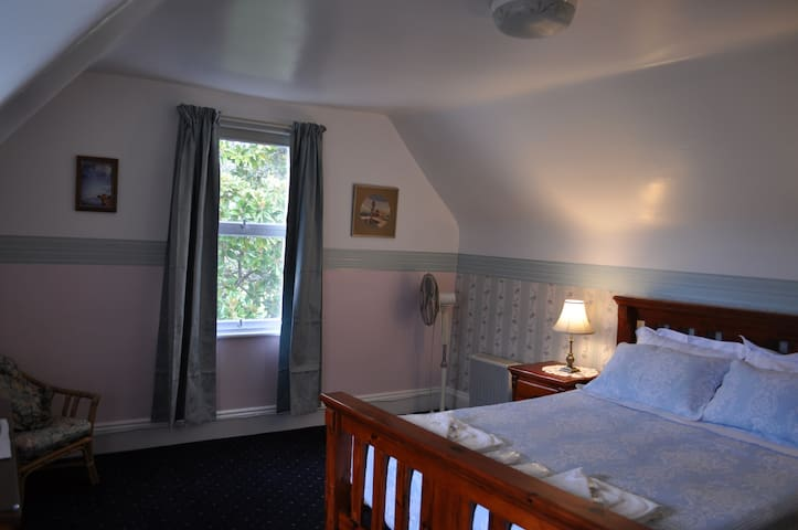 Roslyn House B&B - The Coombe Room