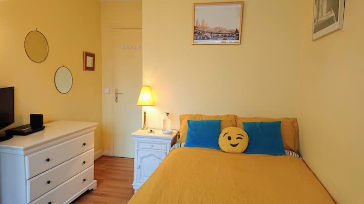 Bright room by Montmartre & the Batignolles