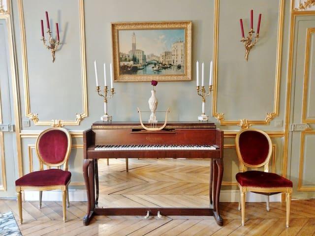 Royal Romantic Suite in the Heart of Paris
