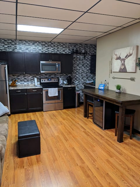 Ground floor 3 room Brownstone apartment by I-35.