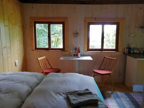 Chatka u lesa s výhledem (sauna za příplatek)