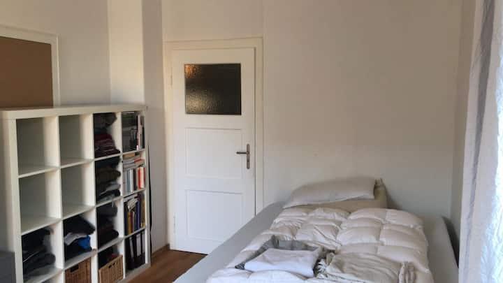 Helles, großes, ruhiges Zimmer mit Bad und Balkon