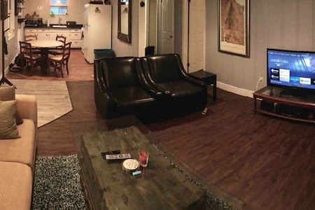 Central CoMO, Roomy Apartment w/ Private Entry