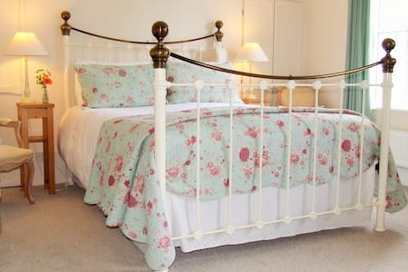 The Green Room - Spacious King Size Double Room with En Suite Bath and Shower and Balcony Overlooking the Garden