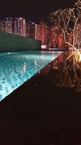 包棟泳池花園別墅,共4層樓,150坪千萬裝潢,近逢甲夜市訂房時需先詢問有無房源,以免下訂後沒有房間。