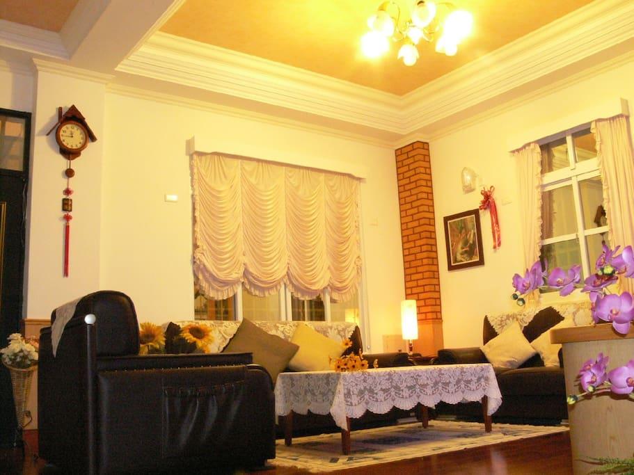 舒適乾淨溫馨的大客廳(42吋電視.音響)