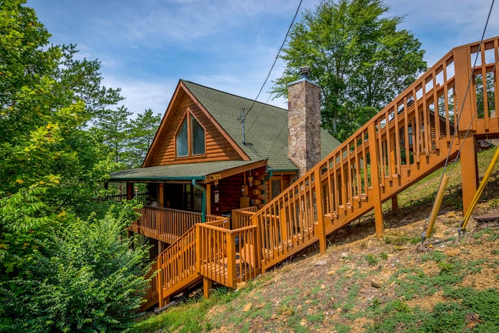 Sevierville Cabin w/ Deck & Hot Tub; 10Min to Dtwn