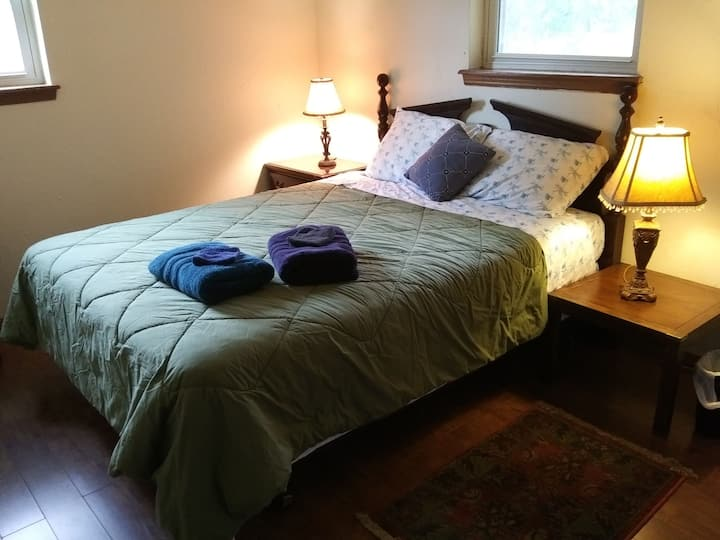 *Sunset Rm. Queen bed. 2 miles to OU Campus