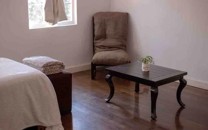 Habitación de descanso con salita.
