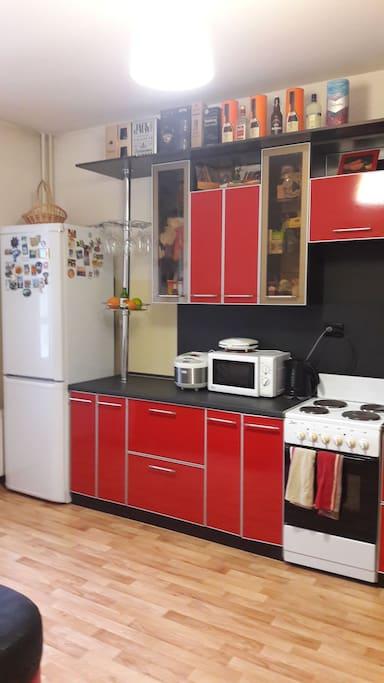 Кухня- есть холодильник, мультиварка, микроволновая печь, тостер, чайник