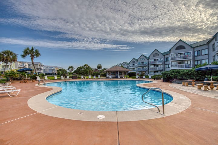 Cozy studio condo w/shared pool & hot tub-moments from town & beach