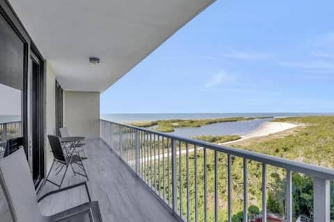 Beachfront condo. Stunning views. Amazing sunsets!