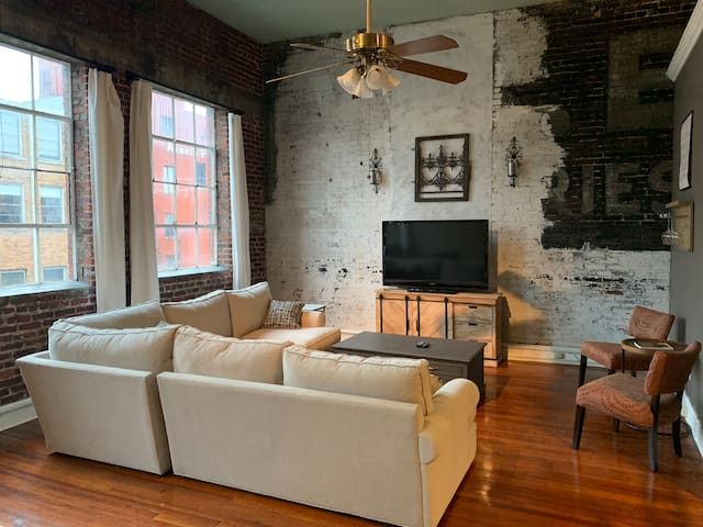 Historic Downtown Loft: Walk To Everything