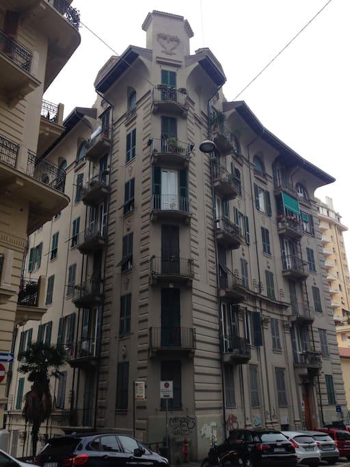 L'edificio : siamo al primo piano The building: we are at the first floor