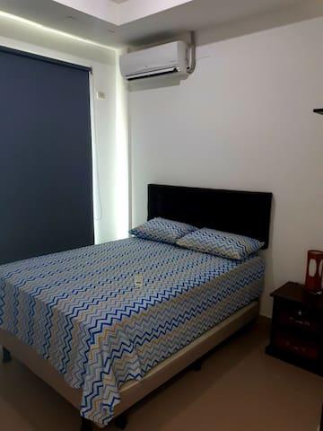 Dormitorio principal con cama de 2 plazas y extraibe de 2 plazas, cortinas black out, Smartv, split, baño completo