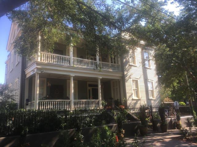 HISTORIC HOME - B&B SUITES, BIG BREAKFAST, PARKING