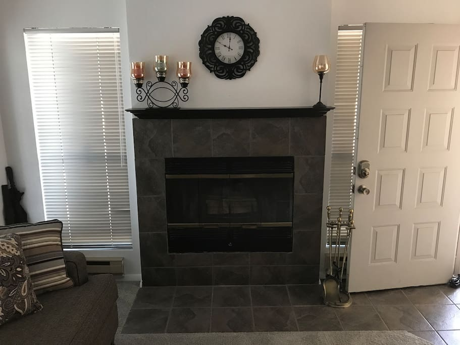 Living room/fireplace.