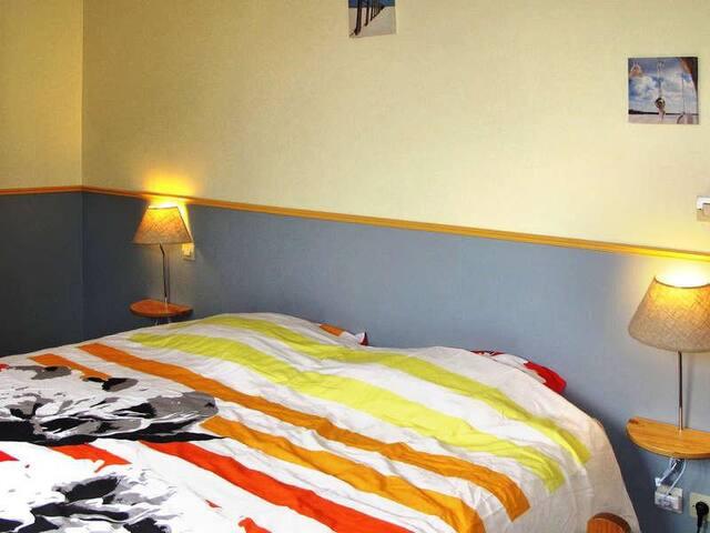 Chambre avec 2 lit de 90  + lit bébé