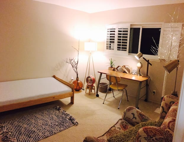 Charming room + Hill Top Views & Modern Farming!