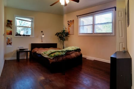 NW Raleigh Secluded Studio Duplex MBR - Raleigh - Hús