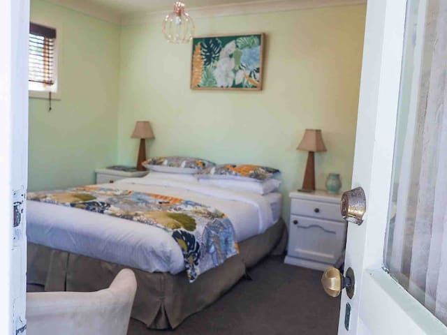 Studio garden flat fully self contained. Spacious and welcoming