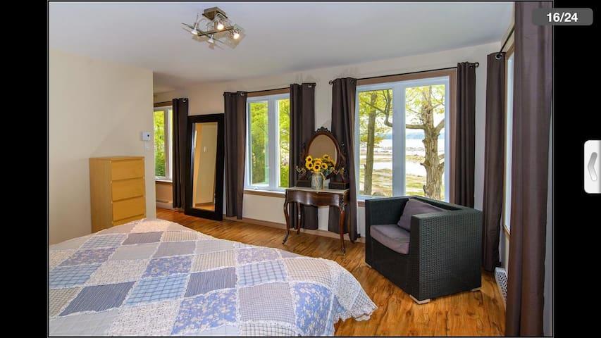 Votre Chambre, vue  sur le fleuve Saint Laurent